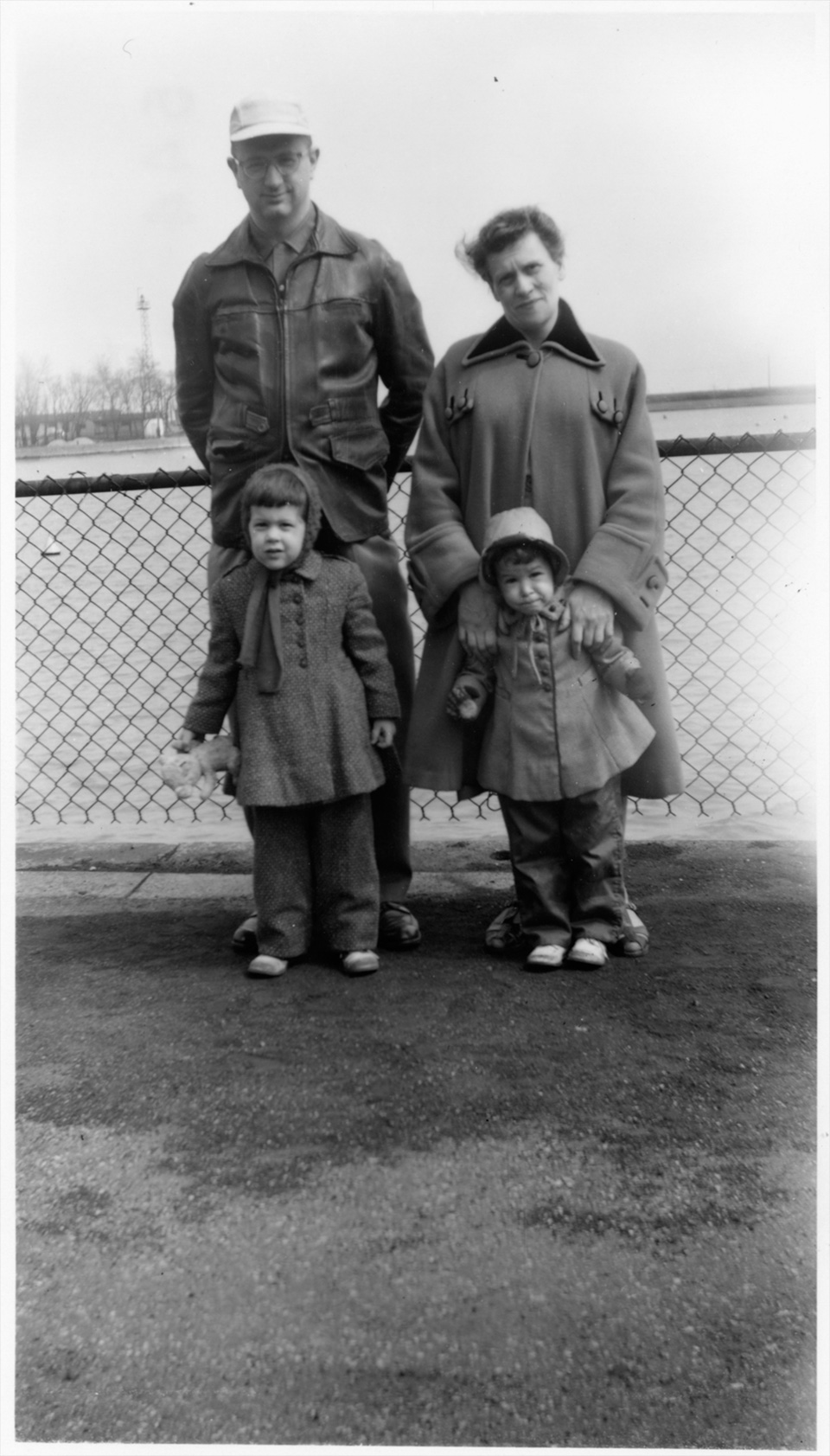 R.S. Mendelsohn with his mother, Rosamond Mendelsohn, at Belmont Harbor in Chicago, standing behind Ruth and Sally.